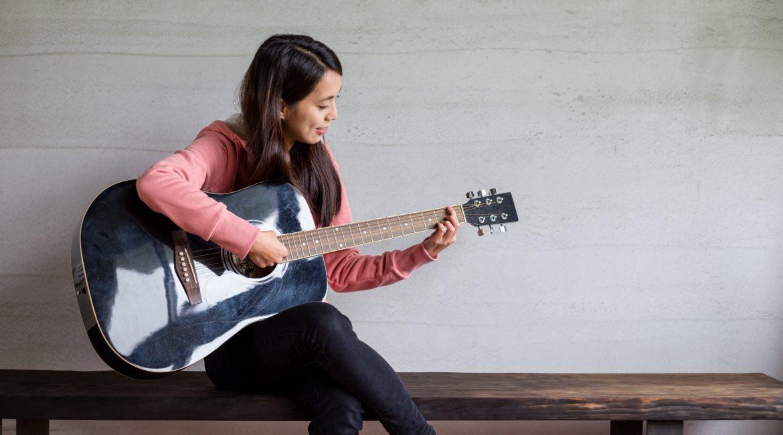 Bequem von zu Hause Gitarre Lernen.